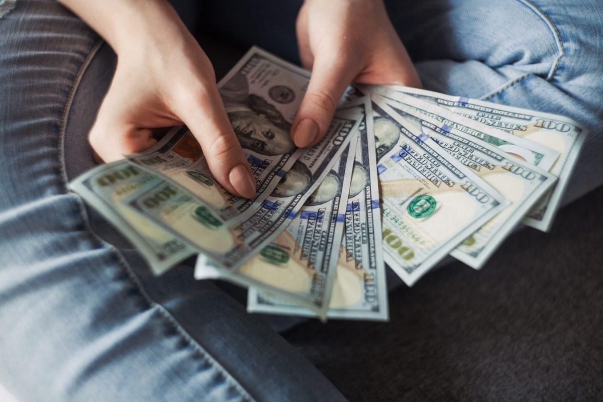 Tips-Simpan-Uang-Di-Rumah-dan-Menghindari-Uang-Dimakan-Rayap-1200x800.jpg